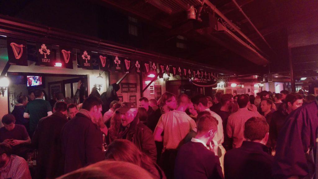Venkovní část O'Donoghues Bar - retardovaný růžový nádech vytvářejí všudypřítomné přímotopy