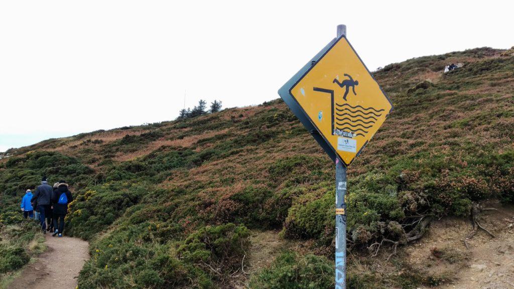 Není povoleno skákat do vody bez rozběhu. Mohli byste se rozbít o skály